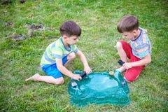 Deux gar?ons jouant avec un jouet sup?rieur d'enfant de rotation Tournoi populaire de jeu d'enfants images stock
