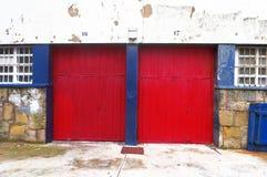 Deux garages avec des volets de rouleau Image libre de droits