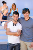 Deux garçons d'étudiant tenant l'été extérieur d'université Photographie stock