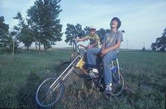 Deux garçons s'asseyant sur leurs vélos Image stock