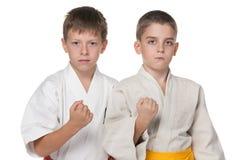 Deux garçons sérieux dans le kimono Photographie stock libre de droits