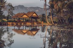 Deux gazebos près de l'étang avec le Mountain View dans Luang Prabang, Laos image libre de droits