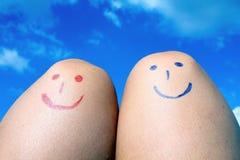 Deux genoux heureux dans le jour d'été ensoleillé Photos stock