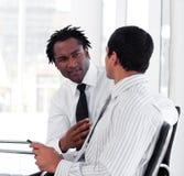 Deux gens d'affaires agissant l'un sur l'autre Image stock