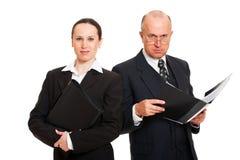 Deux gens d'affaires avec des dépliants Photographie stock