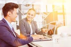 Deux gens d'affaires avec l'ordinateur portable Images stock