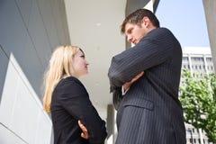 Deux gens d'affaires caucasiens fâchés Photographie stock libre de droits