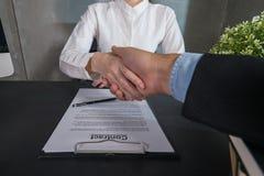 Deux gens d'affaires de secousse de main après accepté de faire des affaires ensemble photo stock