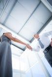 Deux gens d'affaires de sourire se serrant la main Images libres de droits