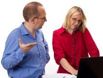Deux gens d'affaires de travailler Images stock