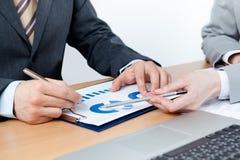 Deux gens d'affaires discutent les questions financières Photo libre de droits