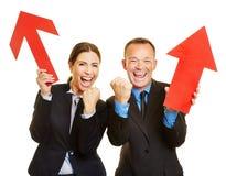 Deux gens d'affaires encourageant avec la flèche rouge Photographie stock