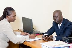 Deux gens d'affaires partagent un téléphone portable Images stock