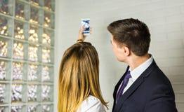 Deux gens d'affaires réussis prenant un Selfie heureux dans le bureau Images libres de droits