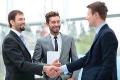Deux gens d'affaires se serrant la main lors de la réunion d'affaires avec t Image libre de droits
