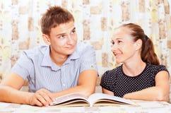 Deux gens heureux apprenant ensemble Photographie stock libre de droits