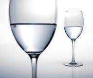 Deux glaces à moitié pleines de l'eau. Image libre de droits