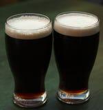 Deux glaces de bière foncée Photographie stock libre de droits