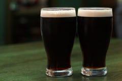 Deux glaces de bière foncée Photos libres de droits