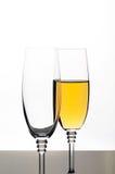Deux glaces de champagne ou de vin d'isolement sur le blanc Photo libre de droits