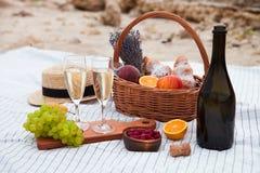 Deux glaces de champagne Pique-niquez sur la plage au coucher du soleil dans W Image libre de droits