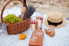 Deux glaces de champagne Pique-niquez sur la plage au coucher du soleil dans W Images libres de droits