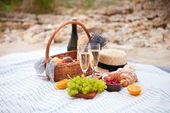 Deux glaces de champagne Pique-niquez sur la plage au coucher du soleil dans W Photos stock