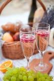 Deux glaces de champagne Pique-niquez sur la plage au coucher du soleil dans W Image stock