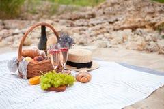Deux glaces de champagne Pique-niquez sur la plage au coucher du soleil dans W Photo stock