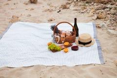 Deux glaces de champagne Pique-niquez sur la plage au coucher du soleil dans W Images stock