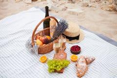 Deux glaces de champagne Pique-niquez sur la plage au coucher du soleil dans W Photographie stock libre de droits
