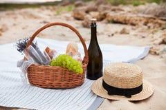 Deux glaces de champagne Pique-niquez sur la plage au coucher du soleil dans W Photos libres de droits