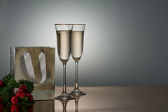 Deux glaces de champagne sur une surface d'or Photo stock
