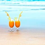 Deux glaces de jus d'orange images stock