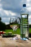 Deux glaces de l'eau sur la table Images stock