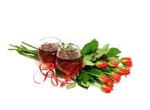Deux glaces de vin avec du vin et un bouquet de se sont levées Photo libre de droits