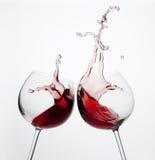 Deux glaces de vin avec l'éclaboussure Image libre de droits