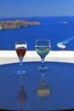 Deux glaces de vin avec le contexte de Santorini photos libres de droits
