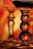 Deux glaces de vin avec le fond orange photographie stock