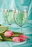Deux glaces de vin blanc et de tulipes Images stock