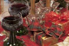Deux glaces de vin rouge et de cadeaux Photos libres de droits