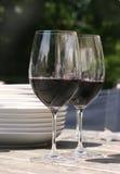 Deux glaces de vin rouge pour diner d'extérieur Images stock