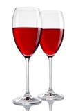 Deux glaces de vin rouge sur le blanc Image libre de droits