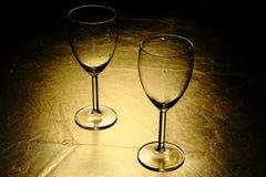 Deux glaces de vin sur la table d'or Image stock
