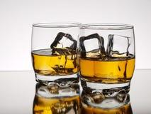 Deux glaces de whiskey sur les roches Photographie stock