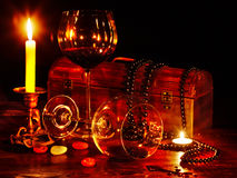 Deux glaces et bougies de vin. Photographie stock libre de droits