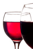 Deux glaces ont rempli de vin rouge d'isolement sur le blanc Photographie stock libre de droits