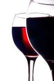 Deux glaces ont rempli de vin rouge d'isolement sur le blanc Images libres de droits