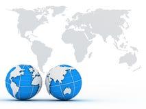 Deux globes sur le fond de la carte Photo stock