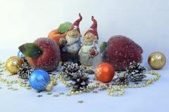 Deux gnomes, pommes et boules Photo stock